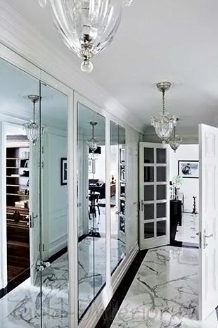 Люстра в стиле рококо в интерьере коридора