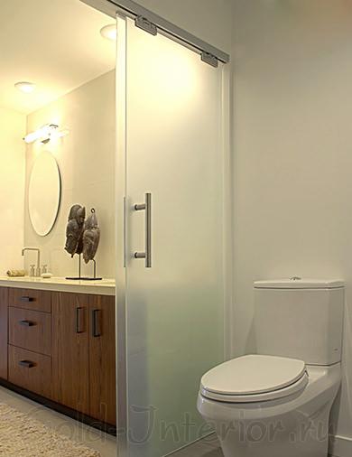 Матовые двери в интерьере ванной и туалета