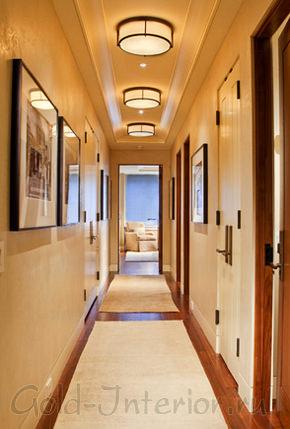 Матовые плафоны в узком коридоре
