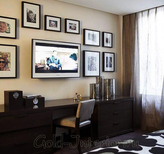 Мебель, фоторамки и телевизор идеально подобраны для интерьера