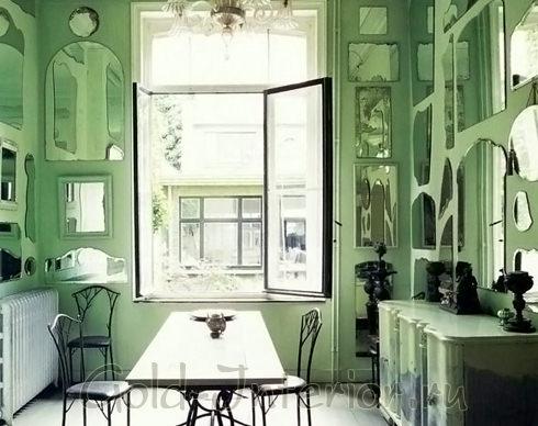Много зеркал без рамочек в интерьере кухни