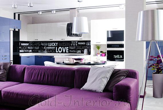 В дизайне кухни модель дивана фиолетового цвета