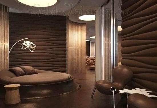 Монохромный интерьер с диваном цвета венге