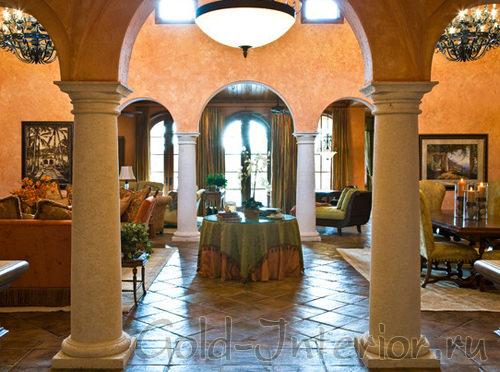 Мраморные колонны в интерьере гостиной
