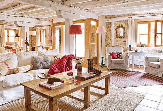 Мягкая мебель белого оттенка в интерьере гостиной