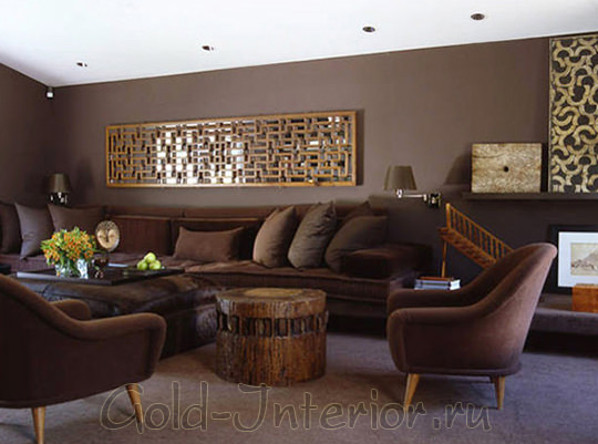 Мягкая мебель, лампы, подушки и стены оформлены оттенками цвета венге