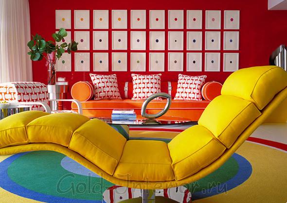 Мягкий шезлонг в комнате стиля поп-арт