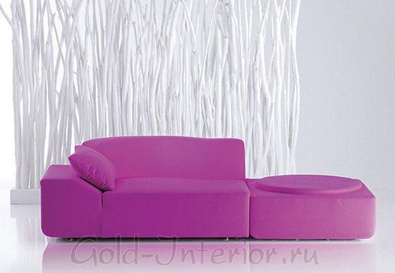 На фото - диван лилового цвета