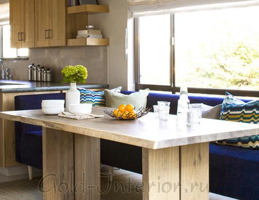 На фотографии - синий кухонный диван
