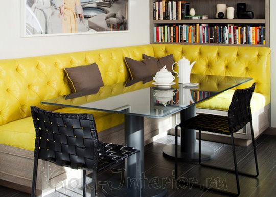 На фото - яркий жёлтый диван в интерьере обеденной зоны