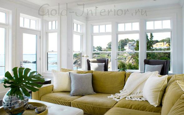 На фото горчичный диван в интерьере дома