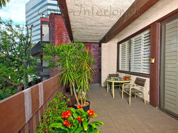 На фото - интерьер просторного балкона