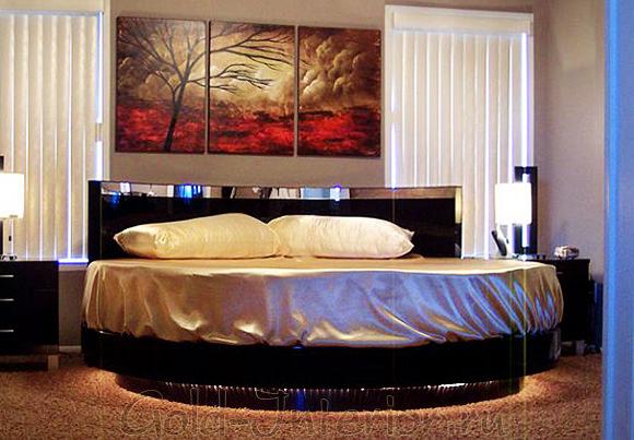 На фото интерьер спальни с круглой кроватью