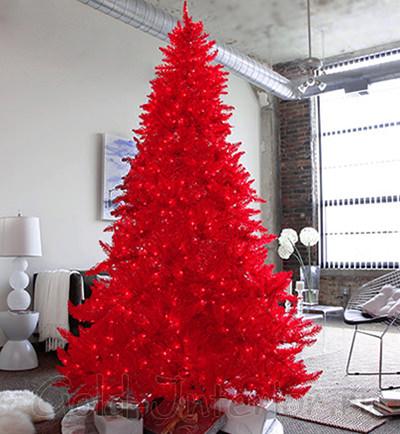 На фото красная новогодняя ель