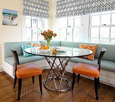 На фото уголок кухонный с белым каркасом и сидениями мятного оттенка