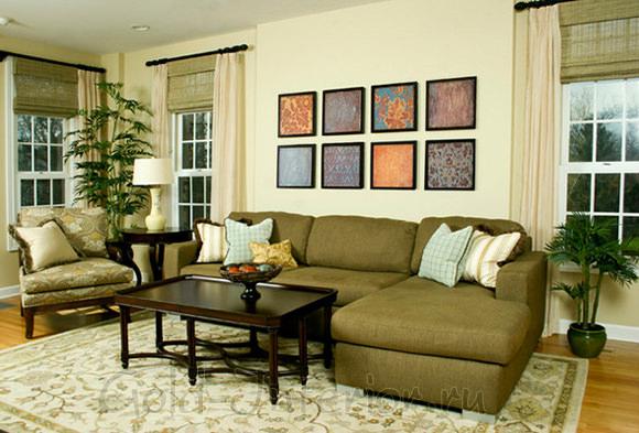 На фото оливковый диван в гостиной дома