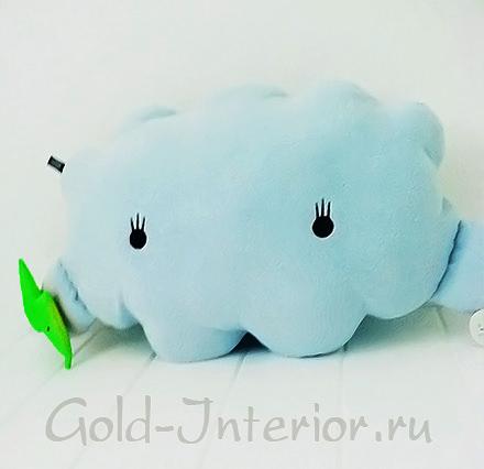 На фото подушка-облако, сделанная своими руками