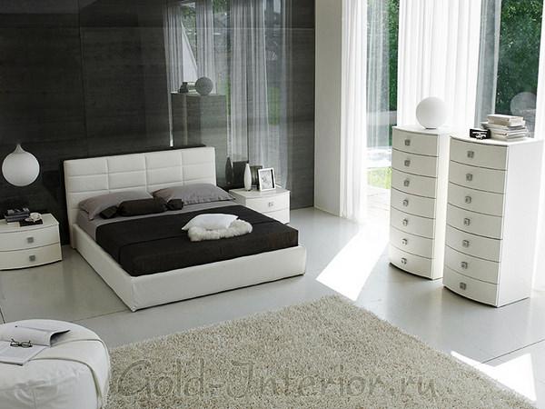 На фото спальня с белой мебелью