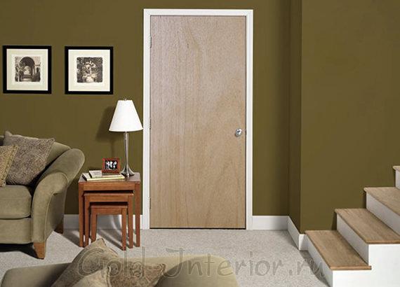 На фото светлые двери в интреьере гостиной