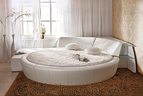 На фото угловая круглая кровать белого цвета