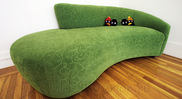 На фотографии - зелёный диван