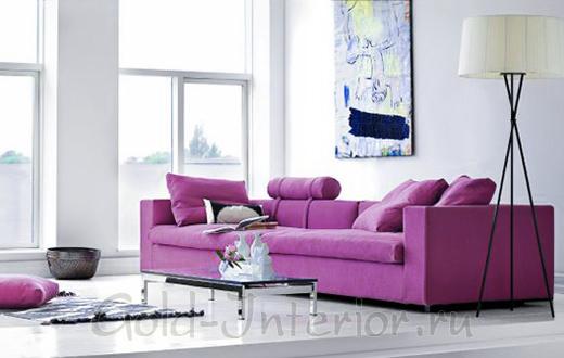 На фотографии - интерьер с лиловым диваном и подушками