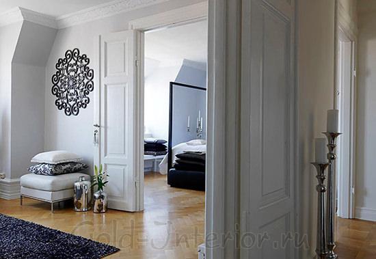 На фотографии белые двери в белом интерьере