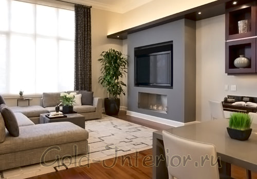 Напольная ваза в углу комнаты (рядом с телевизором)
