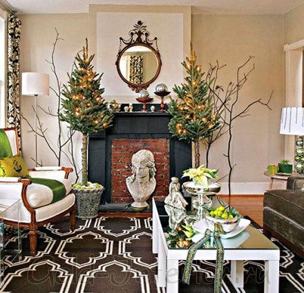 Натуральные зелёные ёлочки в интерьере гостиной