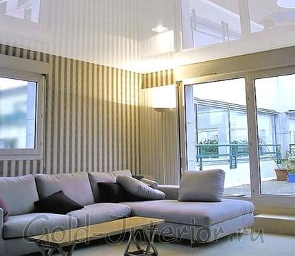 Натяжной потолок с отражающей поверхностью