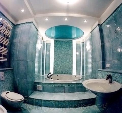 Натяжной потолок в объединённой ванной с туалетом