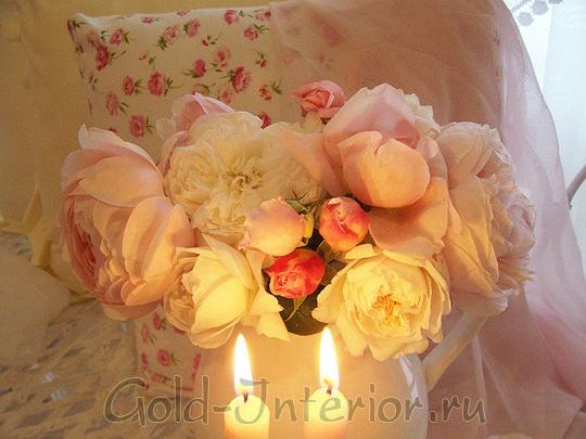 Нежные искусственные розы и свечки