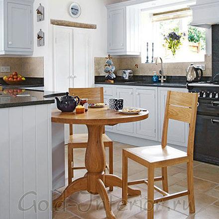 Ниша в кухонной столешнице вырезана по размеру столика