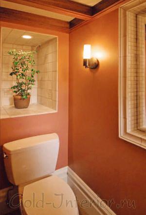 Ниши вместо шкафчиков в интерьере туалета маленьких размеров
