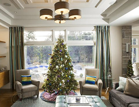 Новогоднее деревце в центре комнаты