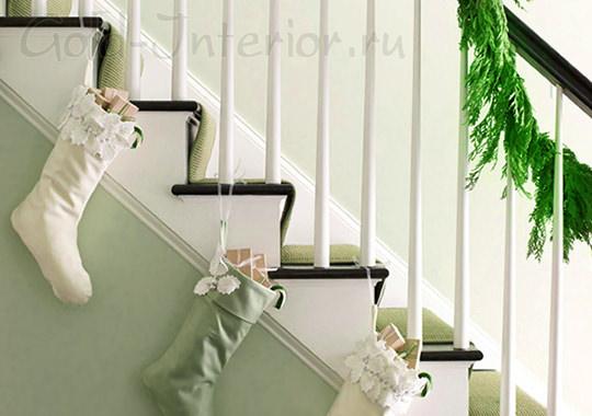 Новогодние чулки на лестнице