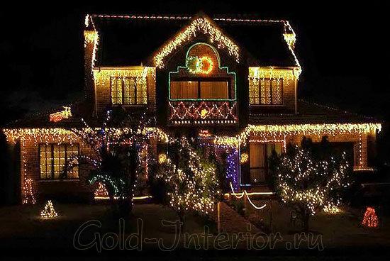 Новогоднее оформление большого дома снаружи