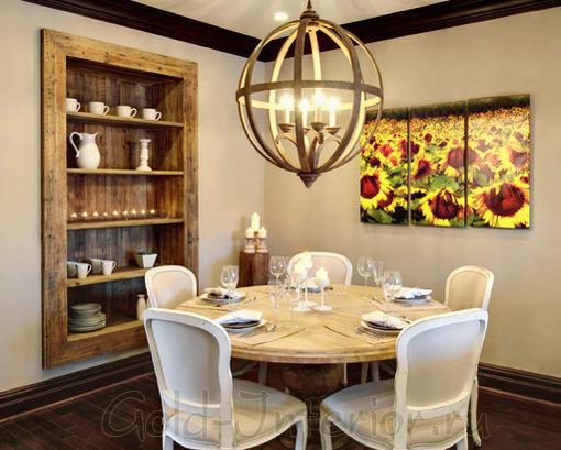 Обеденная зона в стиле кантри: ниши, картина, мебель, люстра, посуда