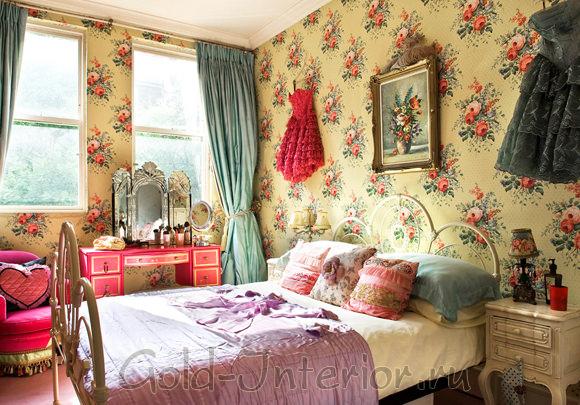 Обои с цветочным орнаментом в винтажной спальне
