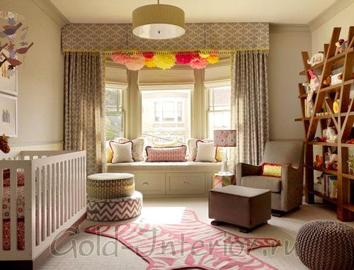 Оконный проём в детской комнате, украшенный цветами