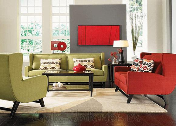 Оливковый диван + красный цвет в дизайне гостиной