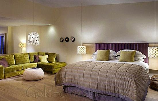 Оливковый диван украшен черничными подушками