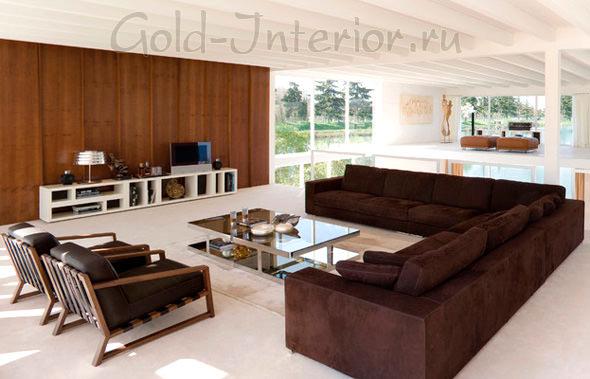 Большой угловой диван шоколадного цвета в интерьере дома