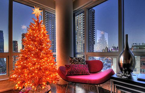 Оранжевая ёлка в интерьере гостиной