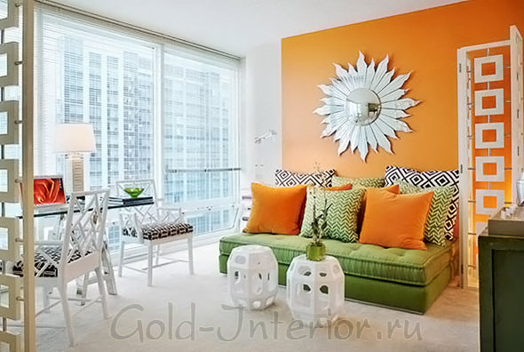 Оранжевый + зелёный цвет в интерьере гостиной