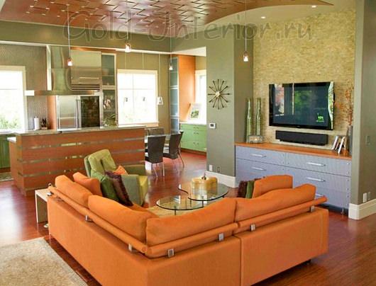 Оранжевый диван и стены оливкового оттенка
