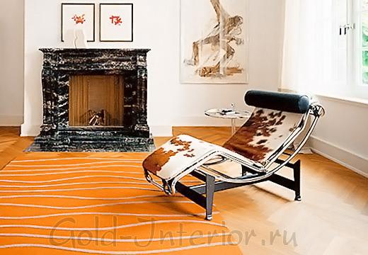Оранжевый ковёр в интерьере гостиной