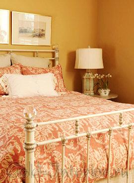 Оранжево-розовый цвет в интерьере спальни