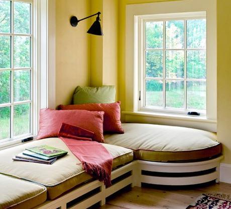 Оригинальный угловой диван у окна