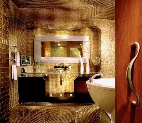 Оригинальное покрытие мозаикой полностью всей ванной комнаты